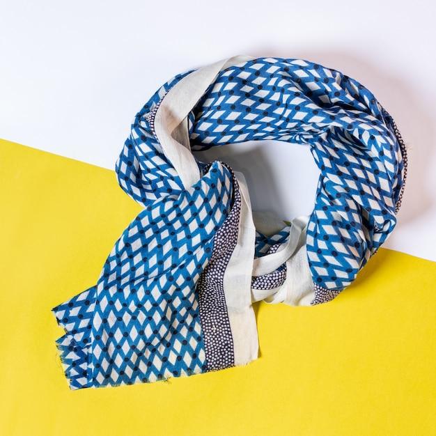 Vrouwelijke tippet sjaal geïsoleerd Premium Foto