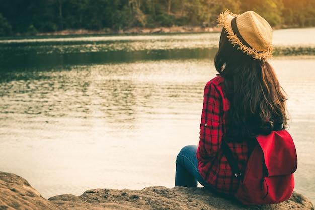Vrouwelijke toeristen in prachtige natuur in rustige scène in vakantie. Premium Foto