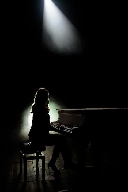 Vrouwelijke toetsenborden speler op het podium tijdens het concert Premium Foto