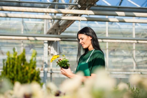 Vrouwelijke tuinman in markttuin Premium Foto
