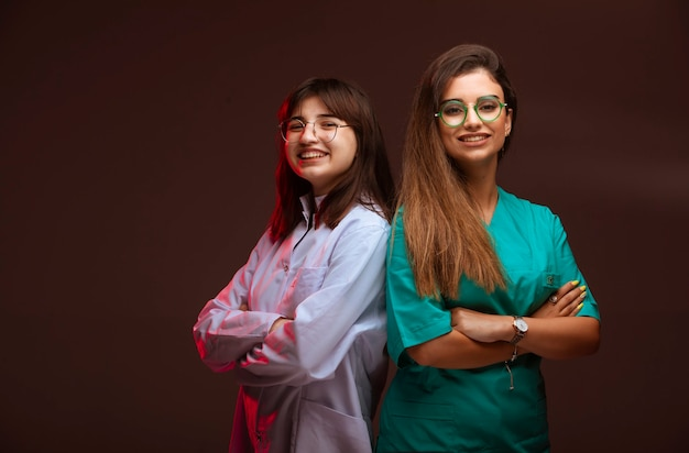 Vrouwelijke verpleegster en arts zien er professioneel uit. Gratis Foto