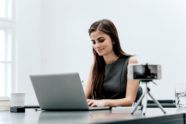 Vrouwelijke vlogger neemt content op voor haar videoblog. Premium Foto