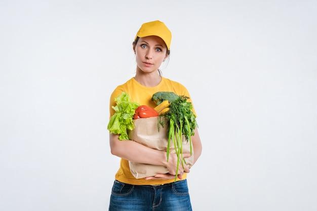 Vrouwelijke voedselleverancier met voedselpakket Gratis Foto