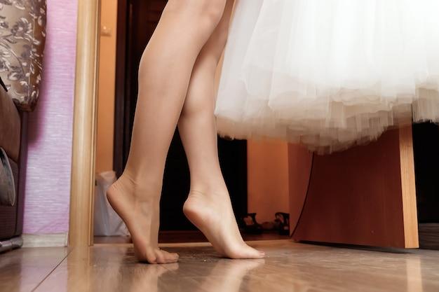 Vrouwelijke voeten geïsoleerd op een witte achtergrond Premium Foto