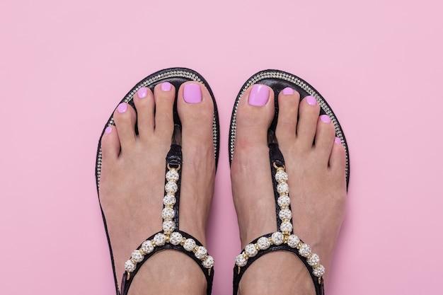 Vrouwelijke voeten in sandalen Premium Foto