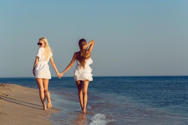 Vrouwelijke vrienden op vakantie Premium Foto
