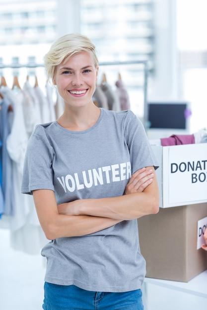 Vrouwelijke vrijwilliger met gekruiste armen Premium Foto