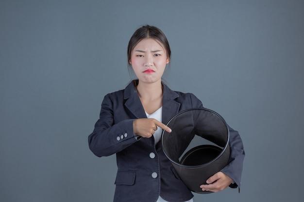 Vrouwelijke zaken met zwart afval die gebaren tonen Gratis Foto