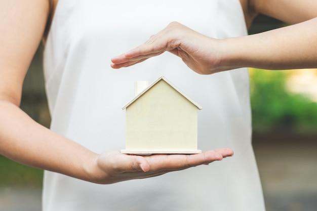 Vrouwelijke zakenlieden zetten het model thuis op de palm Premium Foto