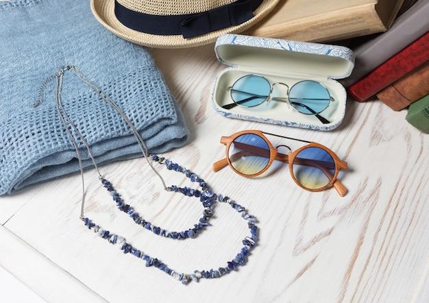 Vrouwelijke zonnebril hoed en ketting close-up Premium Foto