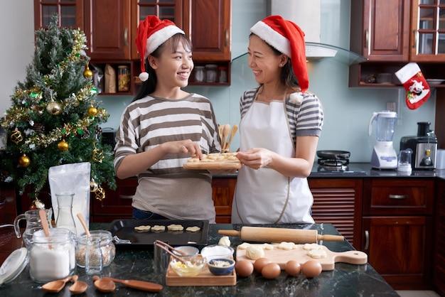 Vrouwen bereiden kerstkoekjes Gratis Foto
