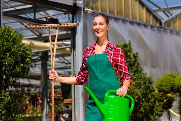 Vrouwen commerciële tuinman in kinderdagverblijf Premium Foto