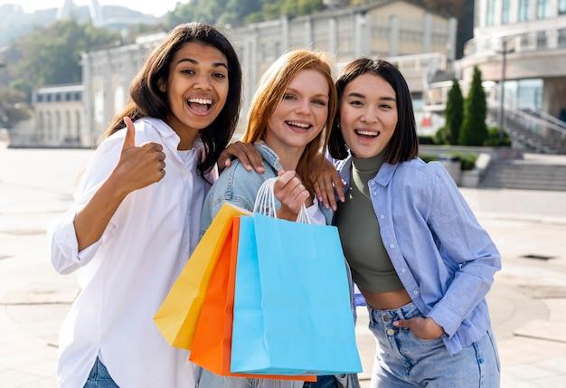Vrouwen die hun boodschappentassen buitenshuis schoeisel Gratis Foto