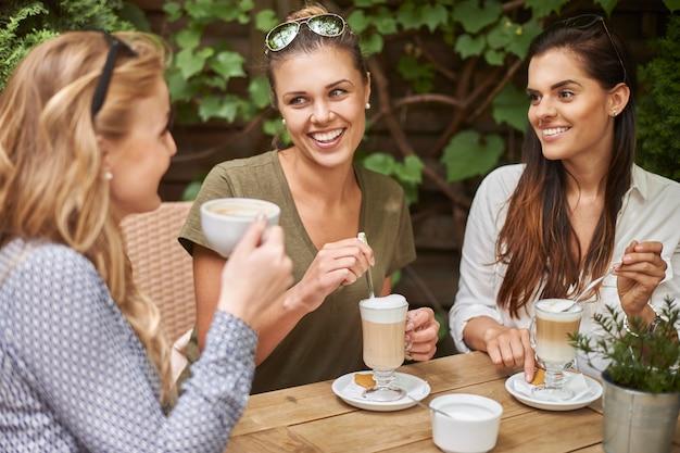 Vrouwen die koffie drinken met vrienden Gratis Foto