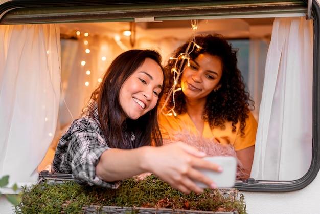 Vrouwen die selfies maken in een busje Gratis Foto