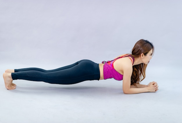 Vrouwen doen yoga voor gezondheid oefening in de kamer concept van gezondheidszorg en goede vorm Premium Foto