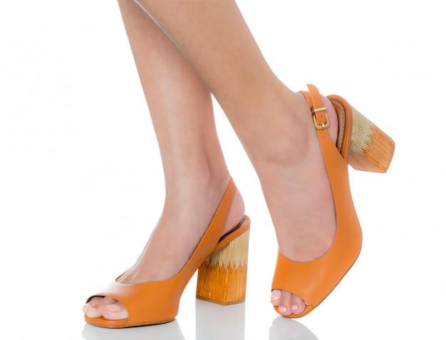 Vrouwen dragen lederen dikke hoge hak mode schoenen met zijaanzicht profiel Premium Foto