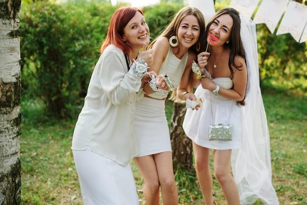 Vrouwen dragen witte jurken met plezier op vrijgezellenfeest. Premium Foto
