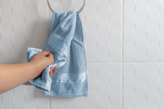 Vrouwen drogende handen met handdoek Premium Foto