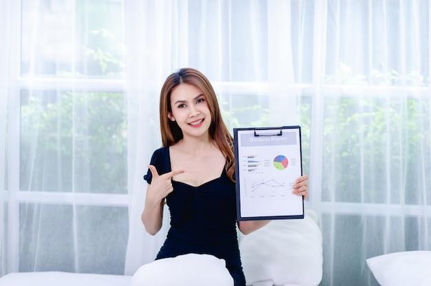 Vrouwen en grafiek jonge zakenvrouwen presenteren bedrijfsplannen Premium Foto