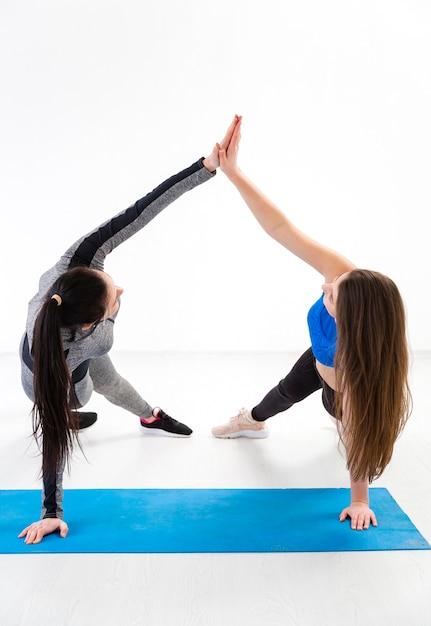 Vrouwen fitness oefening samen Gratis Foto
