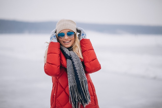 Vrouwen gelukkig portret in de winter buiten in park Gratis Foto
