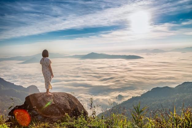 Vrouwen genieten van de frisse lucht en omarmen de natuur in de ochtend in phu chi dao, thailand Premium Foto