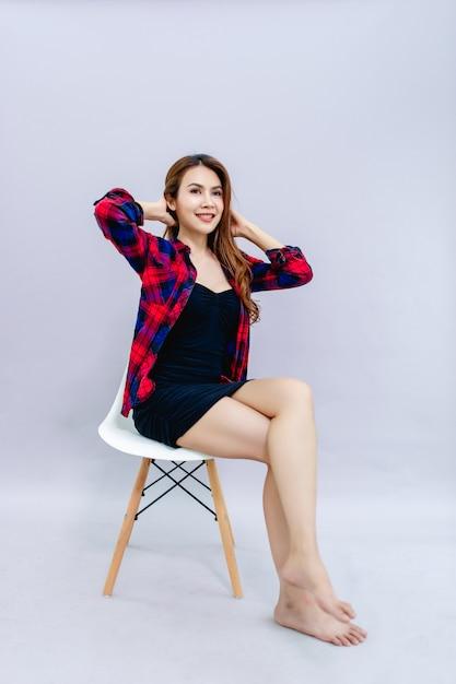 Vrouwen glimlachen gelukkig in het leven Premium Foto