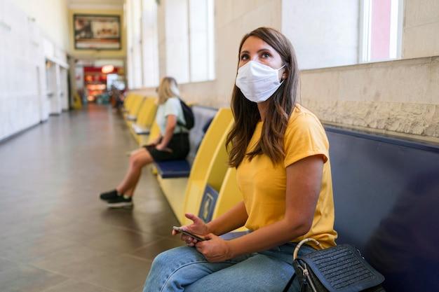 Vrouwen houden sociale afstand bij het ov-station Gratis Foto