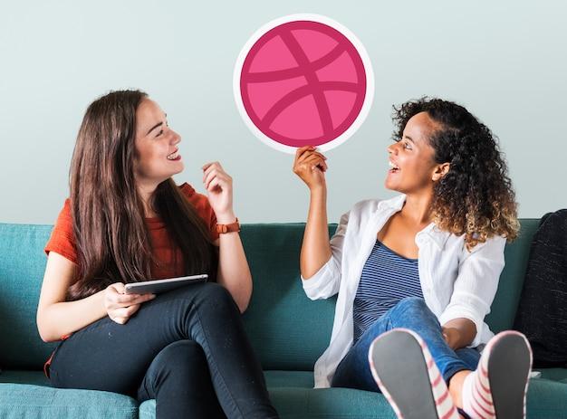 Vrouwen houden van een dribble-pictogram Gratis Foto