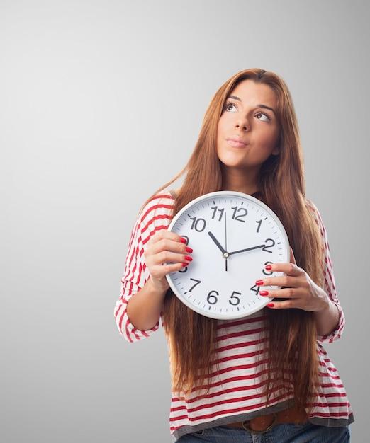 Vrouwen houden van een klok denken   Gratis Foto