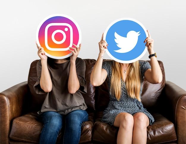Vrouwen houden van social media iconen Premium Foto