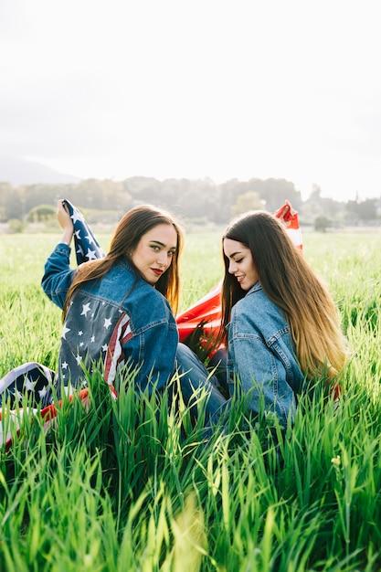 Vrouwen in casual in het veld Gratis Foto