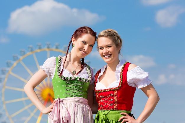 Vrouwen in traditionele beierse kleding of dirndl op festival Premium Foto
