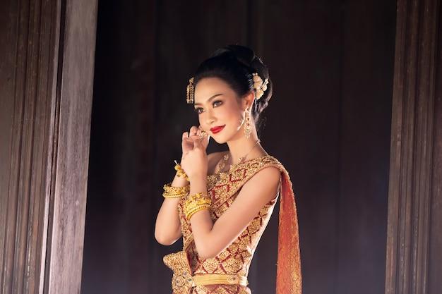 Vrouwen in traditionele klederdracht van thailand Premium Foto
