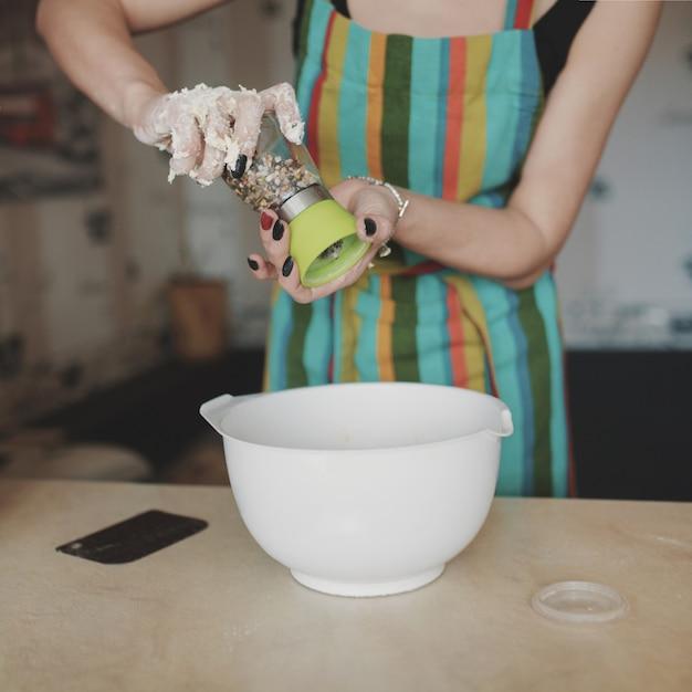 Vrouwen kokende pizza bij keuken Gratis Foto