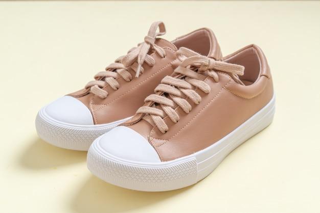 Vrouwen lederen sneakers schoenen Premium Foto