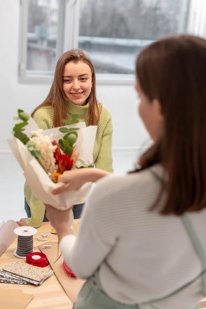 Vrouwen maken een boeket bloemen Gratis Foto