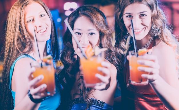 Vrouwen met cocktails in een bar Premium Foto