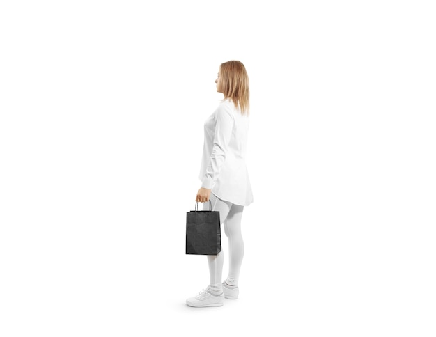 Vrouwen met een leeg zwart ambachtelijk papieren zakontwerp in de hand Premium Foto
