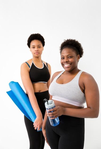Vrouwen met pauze van fitnessles Gratis Foto