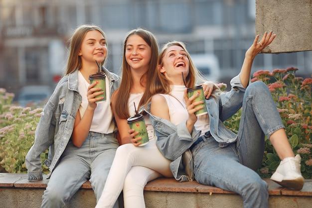Vrouwen met plezier op straat met een kop koffie Gratis Foto