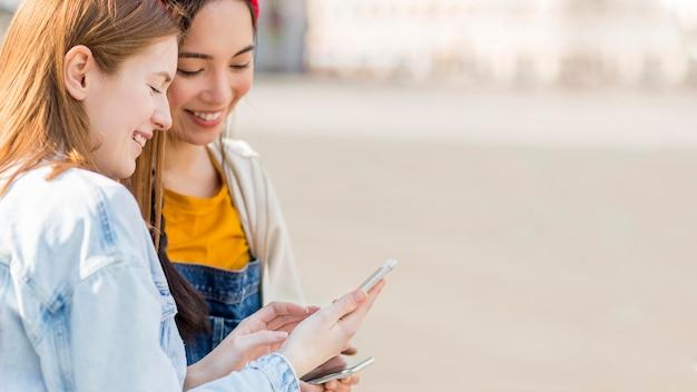 Vrouwen mobiel controleren Premium Foto