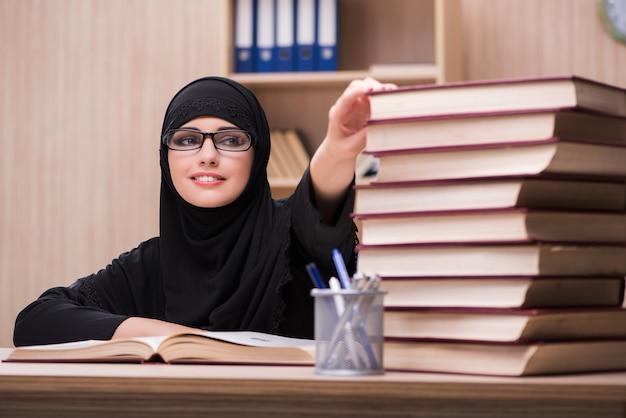 Vrouwen moslimstudent die voor examens voorbereidingen treffen Premium Foto