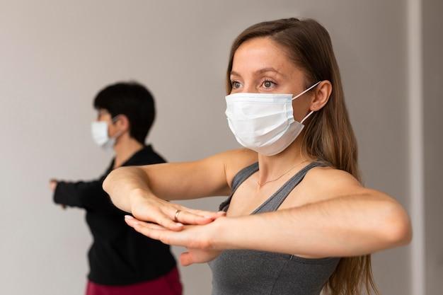 Vrouwen oefenen met gezichtsmaskers Premium Foto
