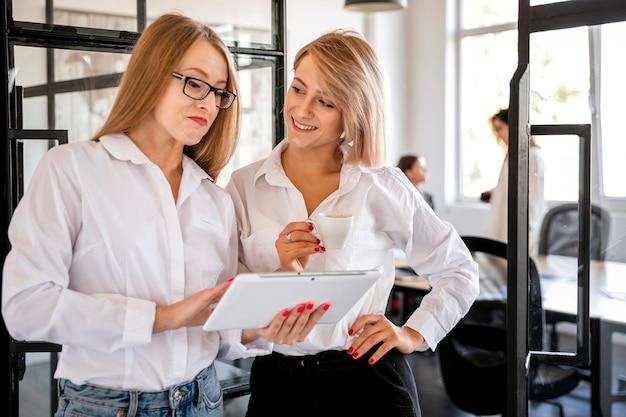 Vrouwen op kantoor werken op tablet pc Gratis Foto
