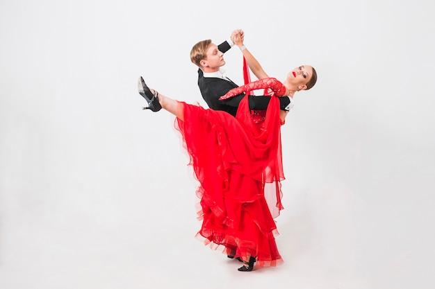 Vrouwen opheffend been terwijl dansende partnerdans Gratis Foto