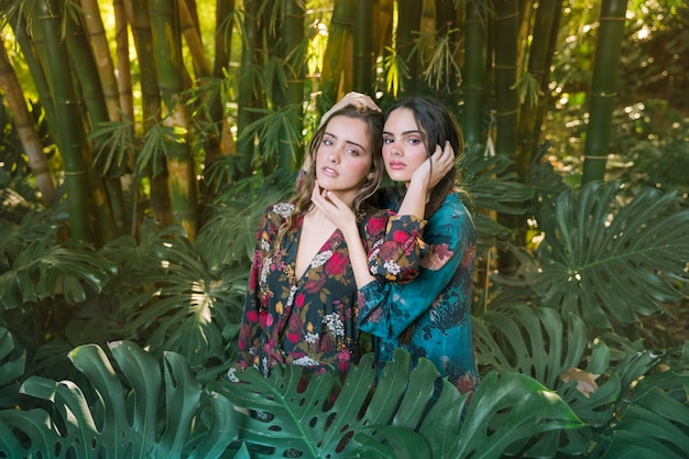Vrouwen poseren in een natuurlijke omgeving Gratis Foto