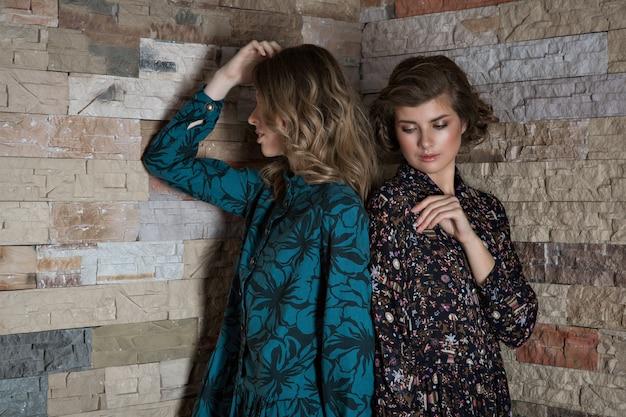 Vrouwen poseren in luxe outfits Premium Foto