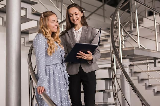 Vrouwen praten bedrijf op een trap Gratis Foto